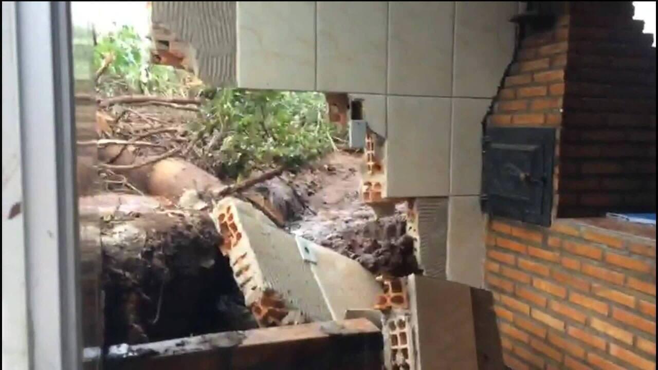 Casas ficam destruídas no bairro Parque Cachoeira, em Brumadinho (MG)