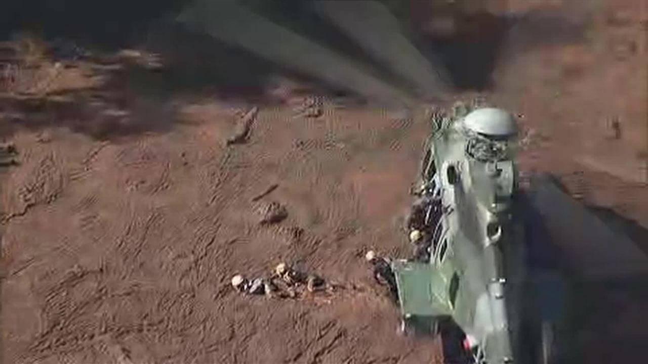 Bombeiros se arrastam na lama em busca de sobreviventes em Brumadinho