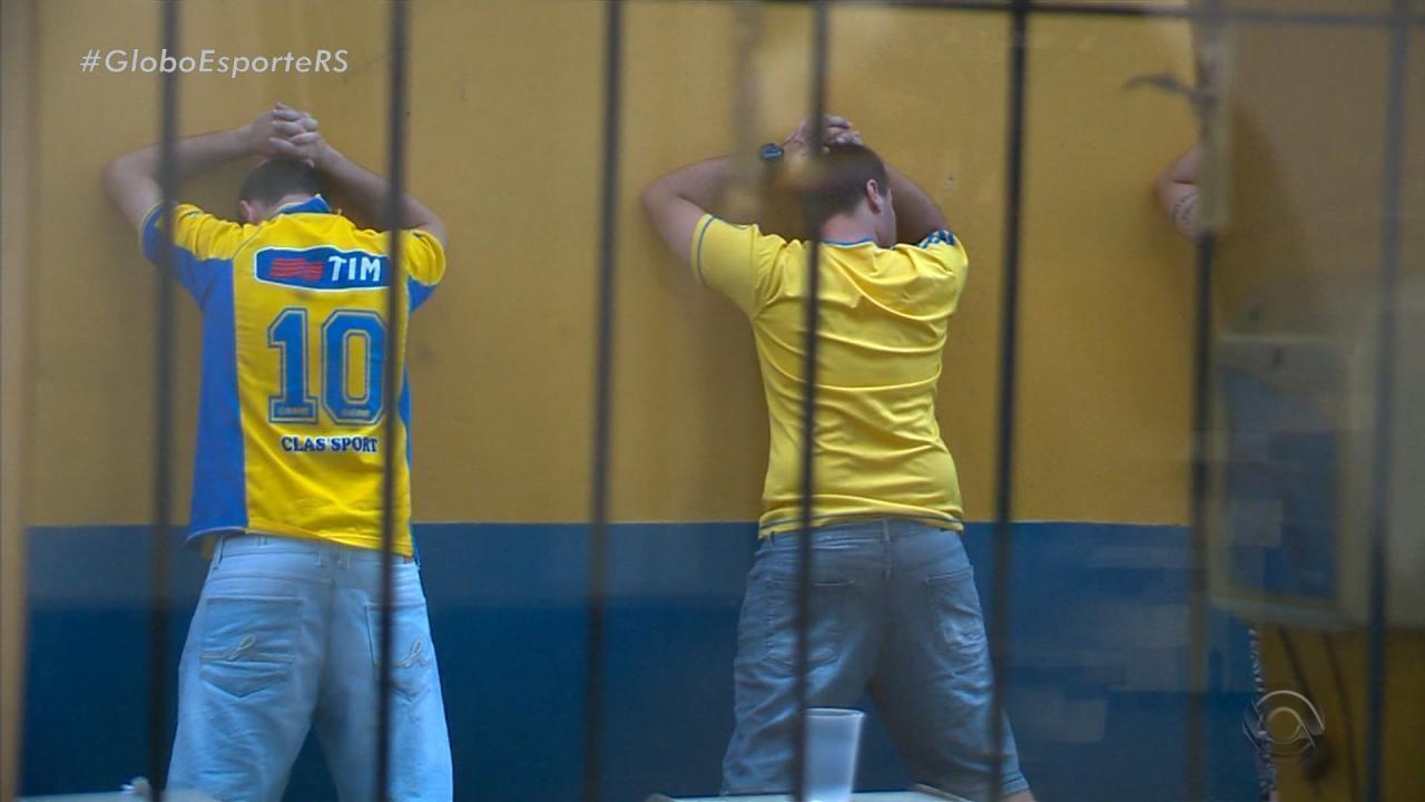 Torcedores do Pelotas agridem presidente do clube após empate contra o São Luiz.