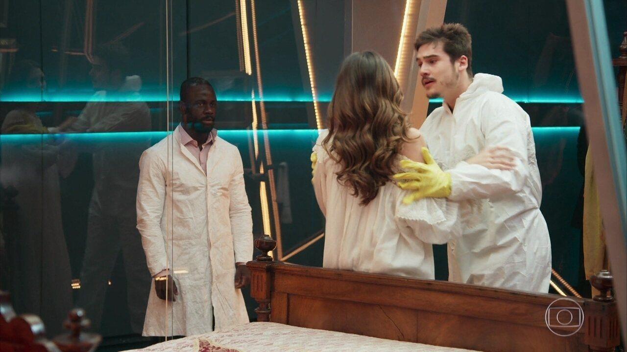 Tales prende Samuca (Nicolas Prattes) com Marocas (Juliana Paiva) na bolha, em 'O Tempo Não Para'