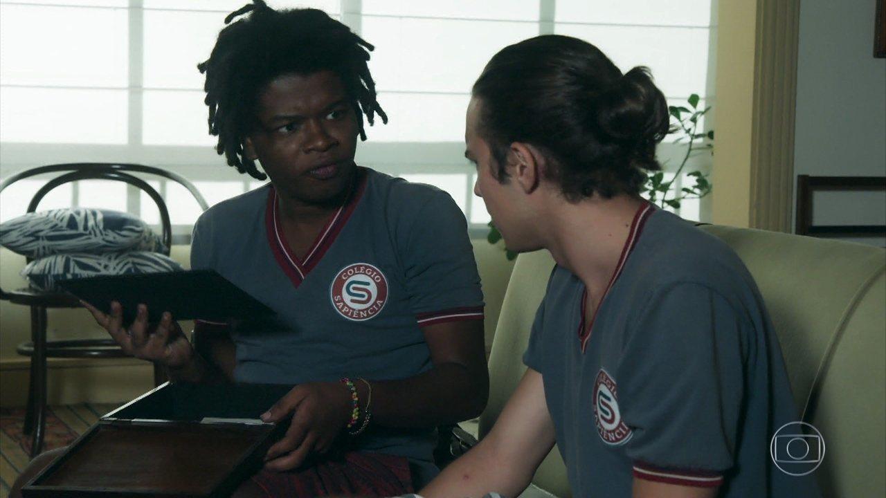 Tito e Garoto encontram uma carta misteriosa no fundo da caixa