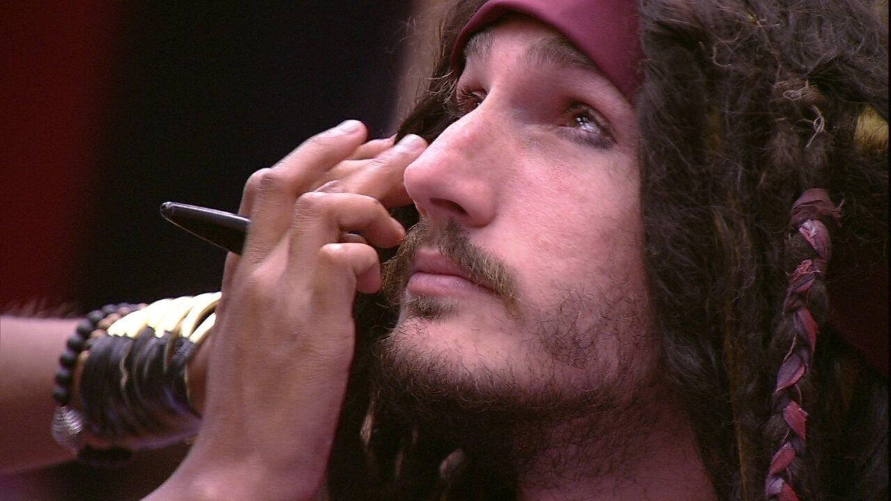 Alan se maquia para a festa Grandes Navegações