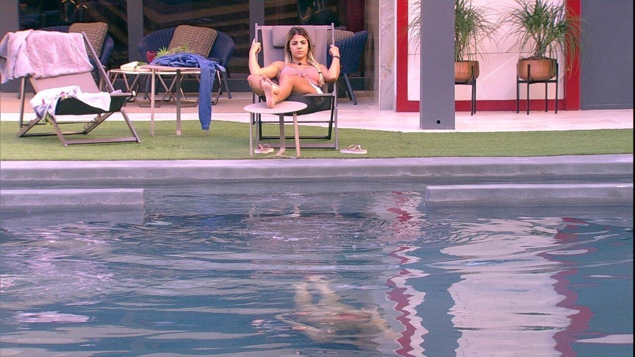 Paula nada na piscina e Hariany fica deitada na espreguiçadeira