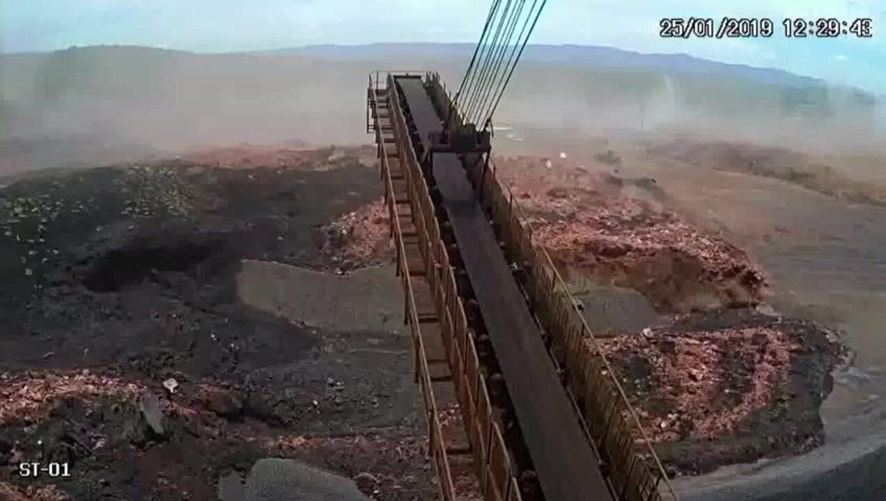 Câmera em guindaste filma chegada da lama a pátio de trem da Vale em Brumadinho