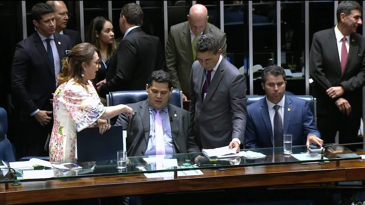 Senadora Kátia Abreu pega pasta da mesa diretora do Senado