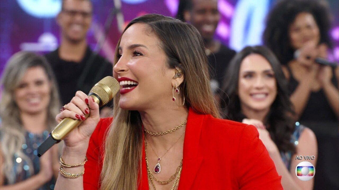 Claudia Leitte anuncia gravidez no palco do Domingão