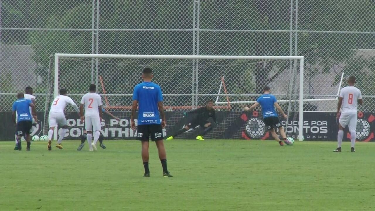Boselli cobra pênalti em jogo-treino do Corinthians, tenta cavadinha e erra