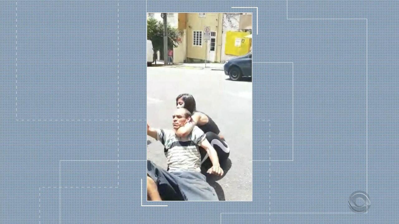 Lutadora de jiu-jitsu imobiliza suspeito na rua após furto em loja em Caxias do Sul