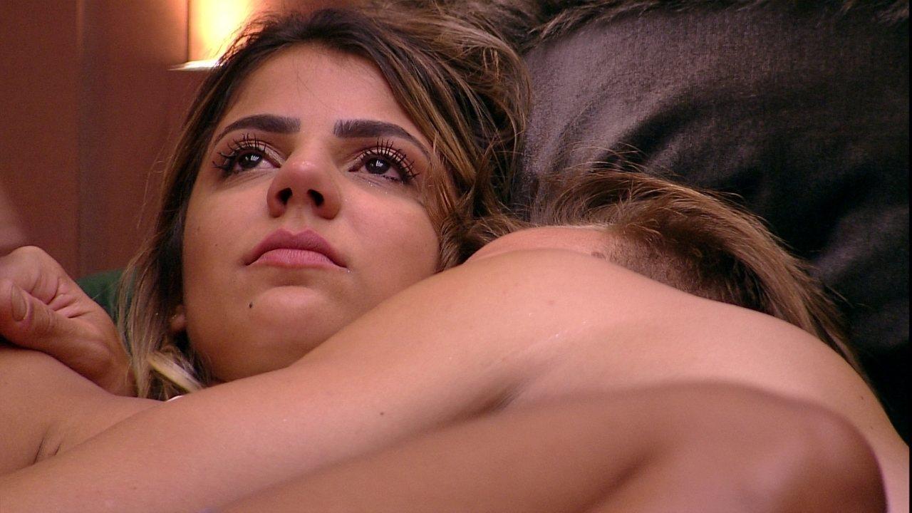 Diego e Hariany se abraçam depois de DR