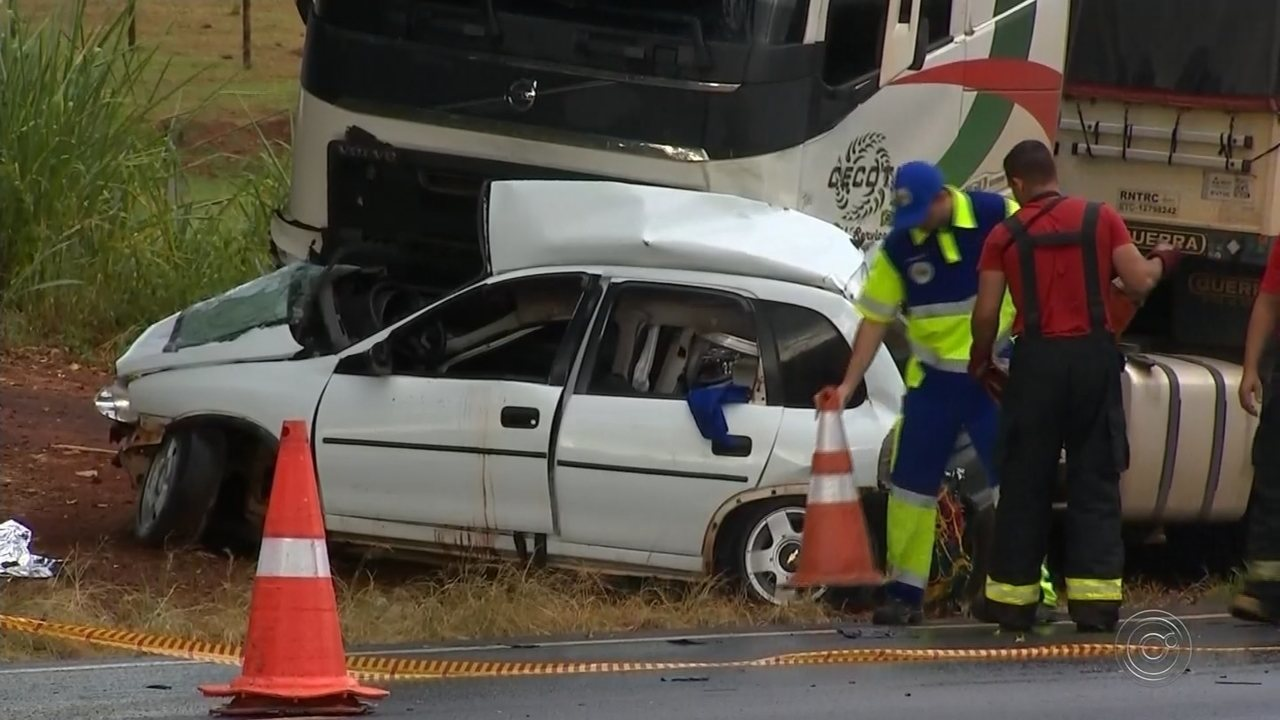 8855ce7897 Acidente entre carros e caminhão deixa dois mortos em rodovia de ...
