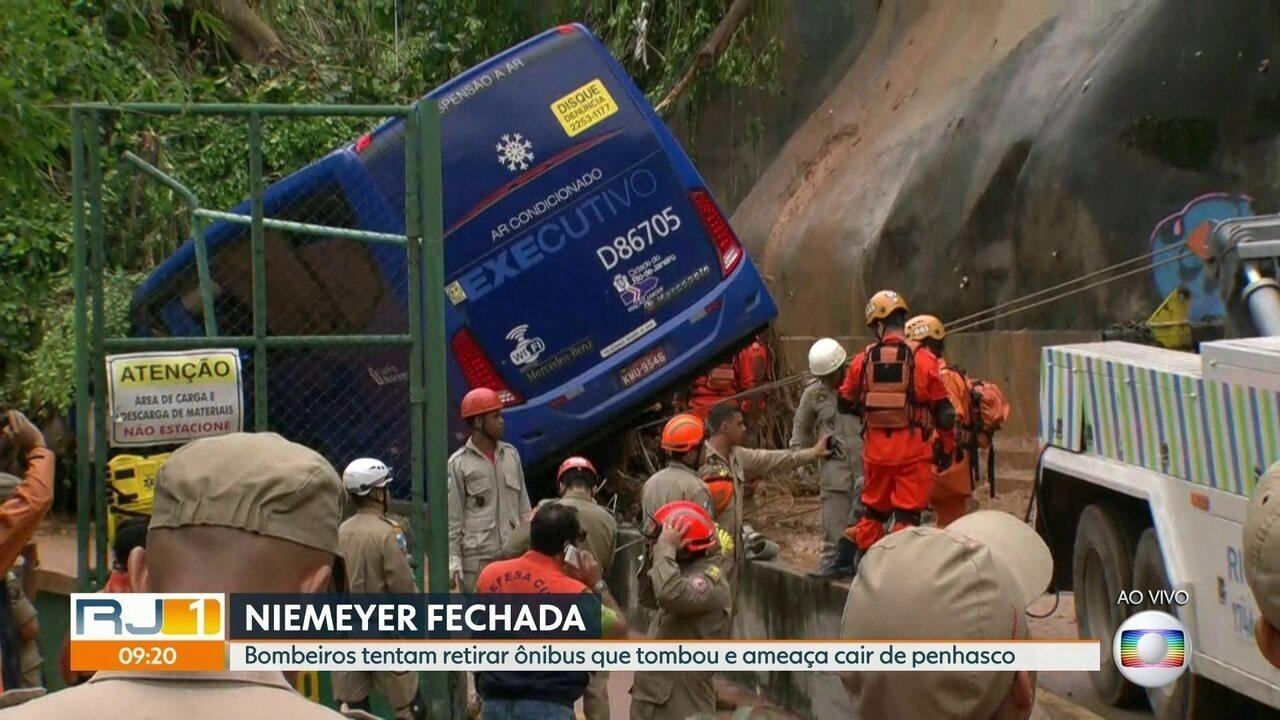 Corpo de mulher é encontrado dentro de ônibus na Avenida Niemeyer