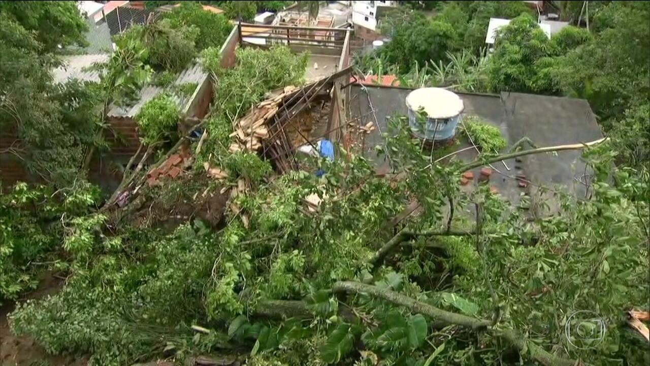Duas pessoas da mesma família morrem em deslizamento durante temporal no RJ