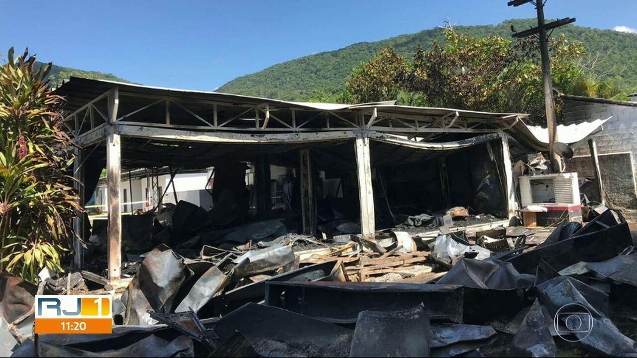 Imagem mostra como ficou área de alojamento no Ninho do Urubu após incêndio