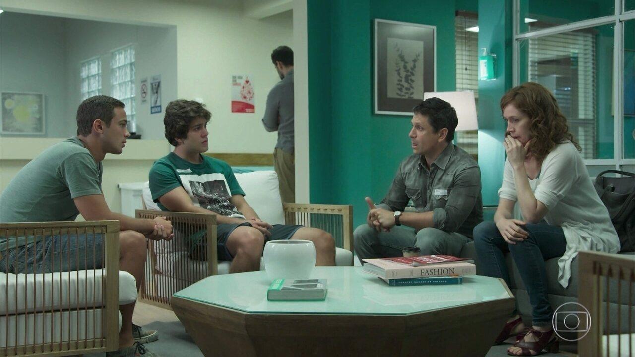Gabriela revela a Alex e Márcio que os gêmeos são filhos de Rafael