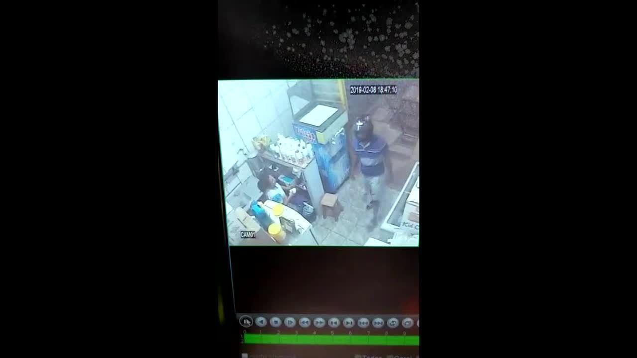 2ad9cb13ec5ca Suspeito rende funcionária durante assalto em sorveteria de RO  veja ...