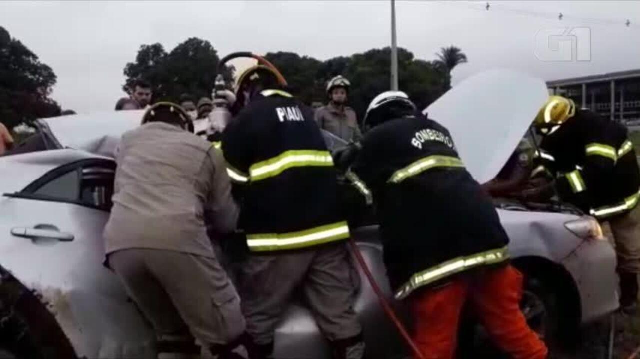 Vídeo mostra momento em que bombeiros retiram vítima de acidente das  ferragens b876f20ae50a8