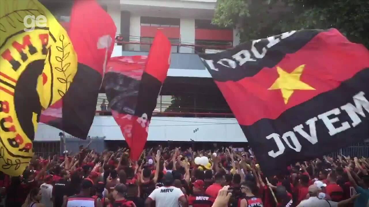 Torcedores fazem homenagem para as vítimas da tragédia no CT do Flamengo