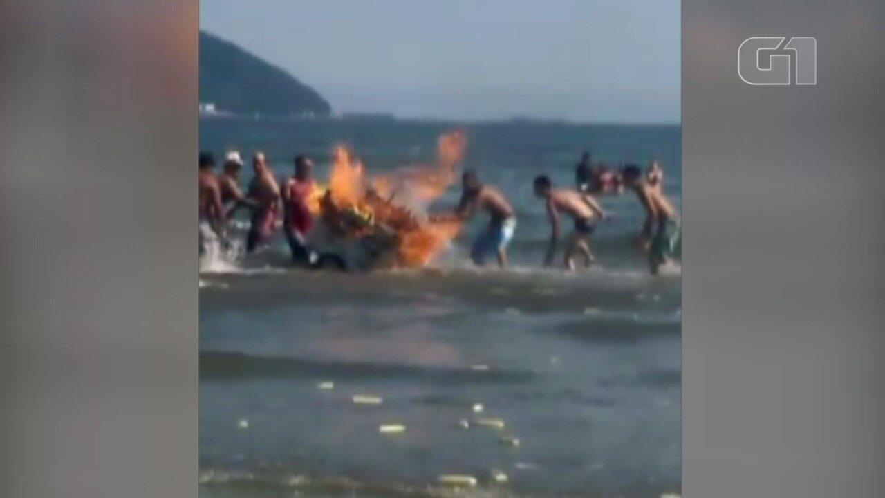Carrinho de ambulante pega fogo e assusta banhistas em Santos
