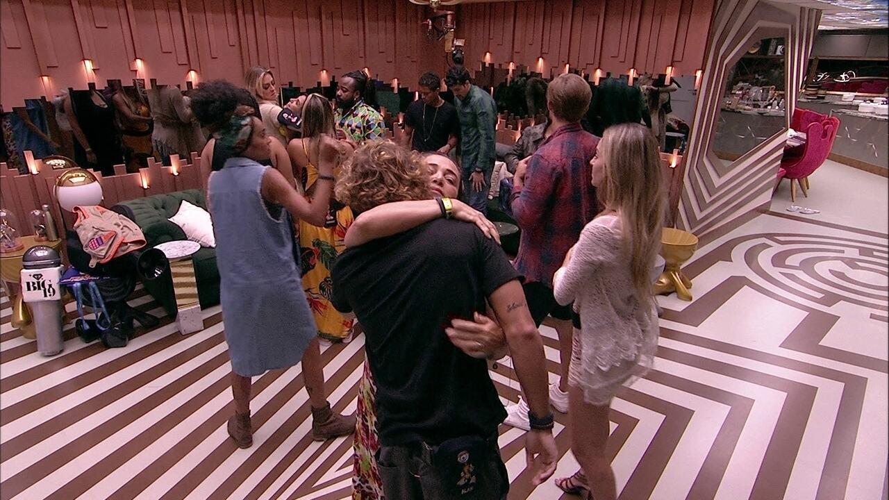 Emparedados Alan, Diego e Isabella recebem abraços dos brothers