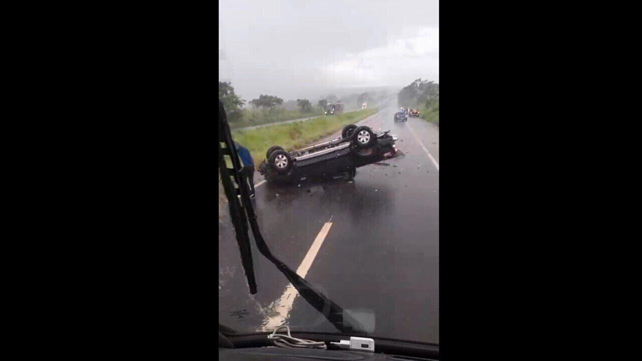 Motorista registrou imagens do local do acidente na BR-365, perto de Monte Alegre de Minas