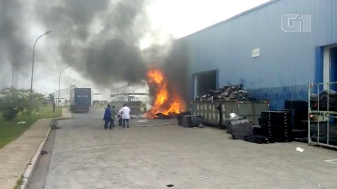 Fábrica de tapete automotivo pega fogo em Sorocaba