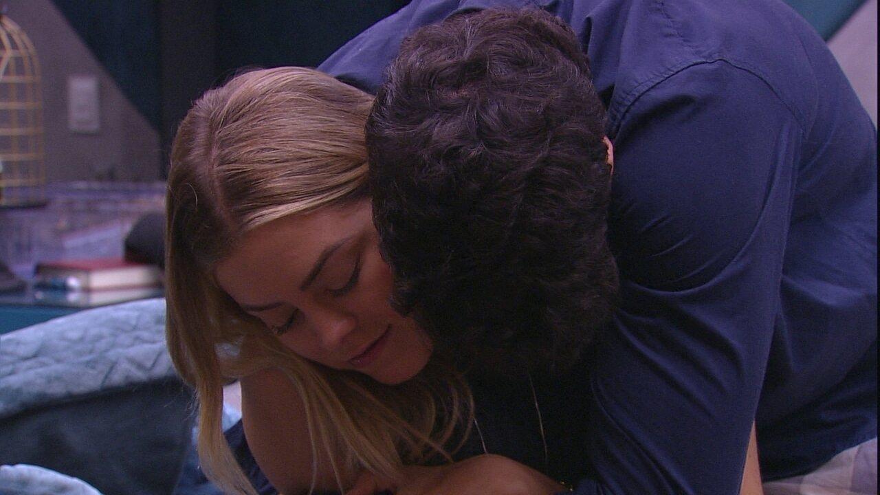 Maycon abraça Isabella e sister comenta: 'Todo mundo cheiroso'