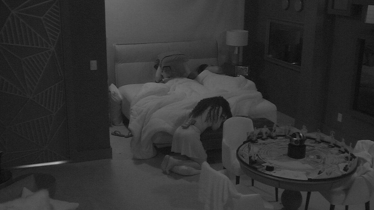 Elana, Danrley e Rodrigo dividem a cama no Quarto do Líder