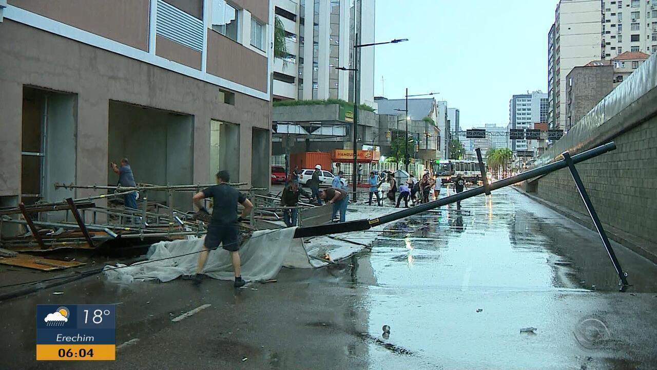 Tempo: chuva derruba parte de estrutura de obra em Porto Alegre