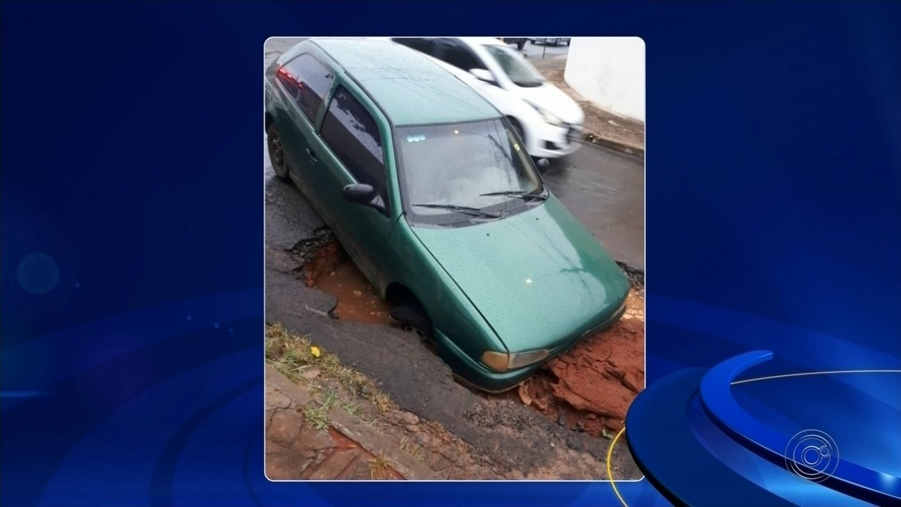 Carro cai em cratera aberta em rua de bairro de Bauru