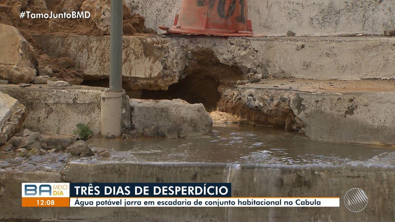 Moradores reclamam de vazamento de água no Cabula, em Salvador