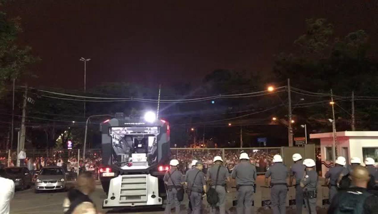 Torcida do São Paulo protesta após eliminação na Libertadores
