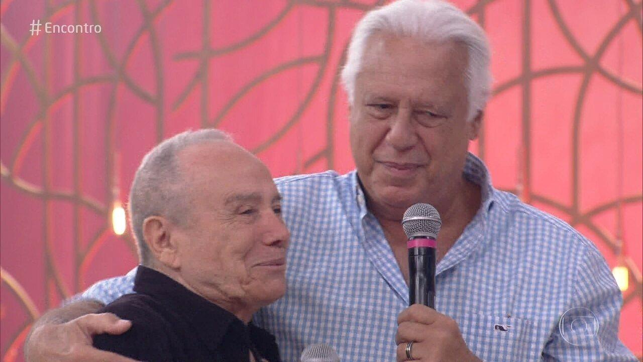 Antônio Fagundes é surpreendido com visita de Stênio Garcia