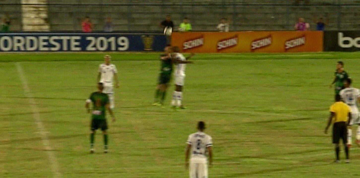 Choque de cabeça com cabeça causa preocupação em jogo da Copa do Nordeste