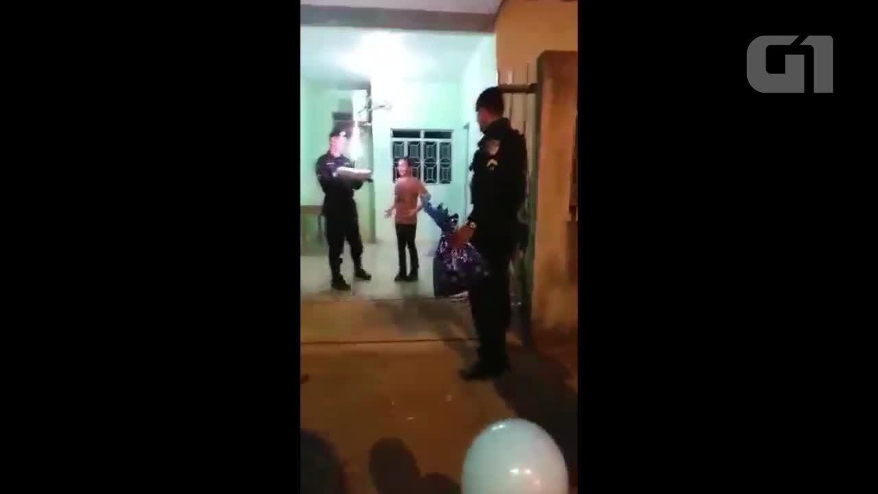 Menino autista que sonha ser PM é presenteado por policiais: 'agora são meus amigos'
