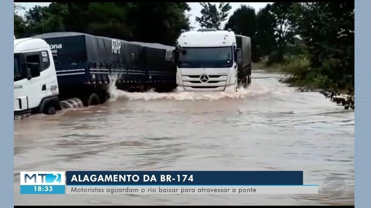 Rio transborda e deixa BR 174 alagada no noroeste de MT