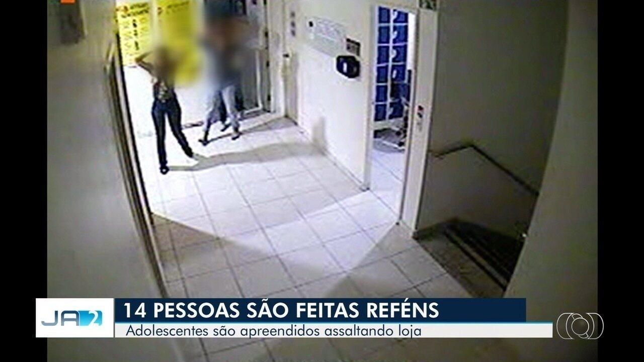 Criminosos fazem 14 pessoas reféns durante assalto e causam pânico em loja de Goiânia