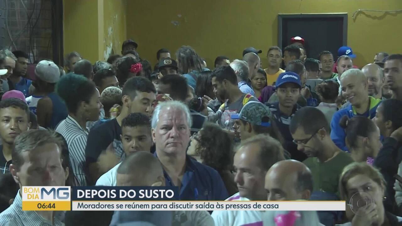 Moradores de Macacos, em Nova Lima, se reúnem para discutir saída de casas apóa alerta
