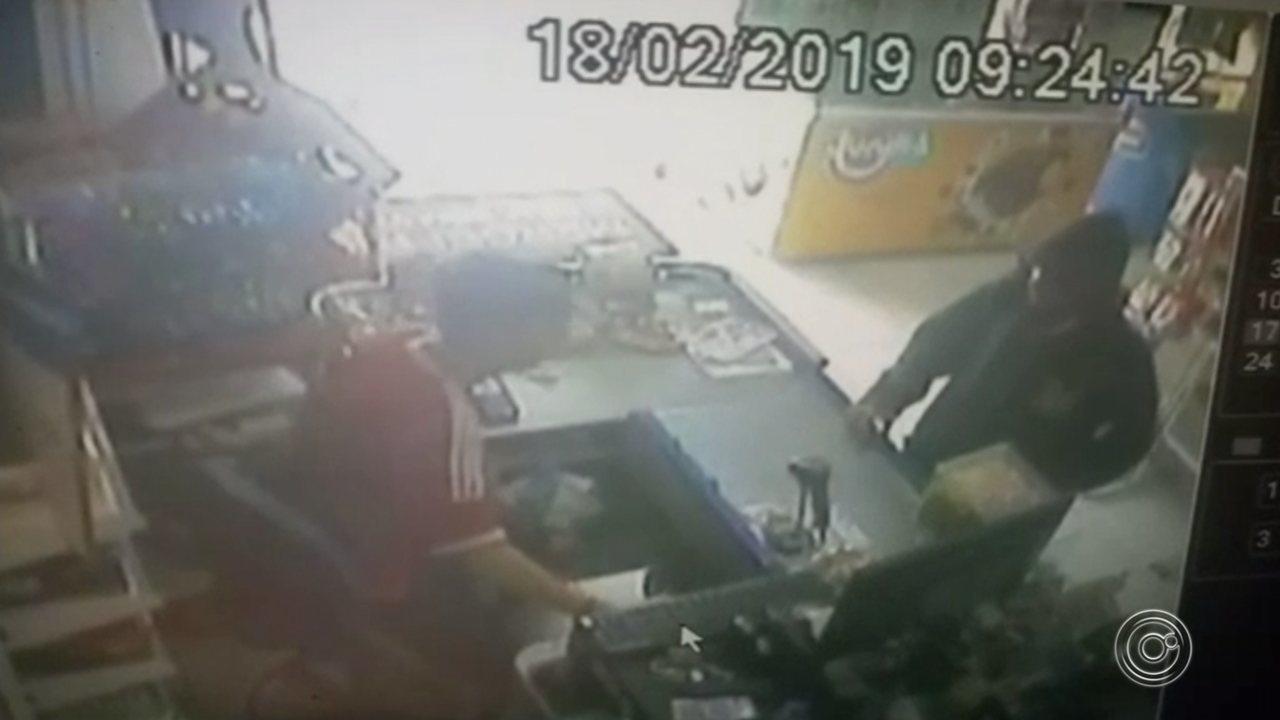 Câmeras de segurança flagram assalto a mercearia no Jardim Iguatemi em Sorocaba
