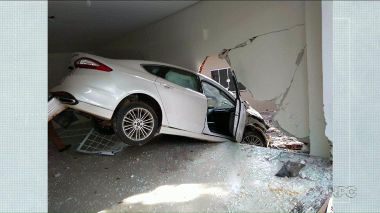 Mulher perde controle e carro invade sala comercial em Umuarama