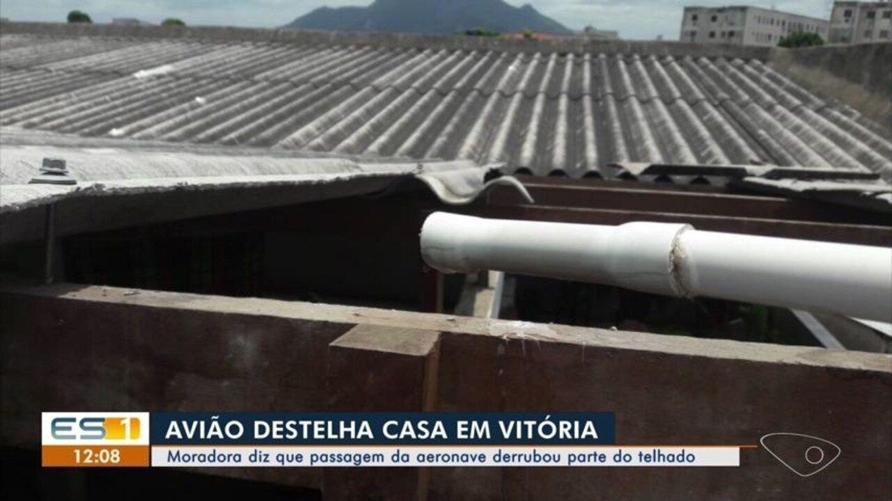 Passagem de aeronave destelha casa em Vitória