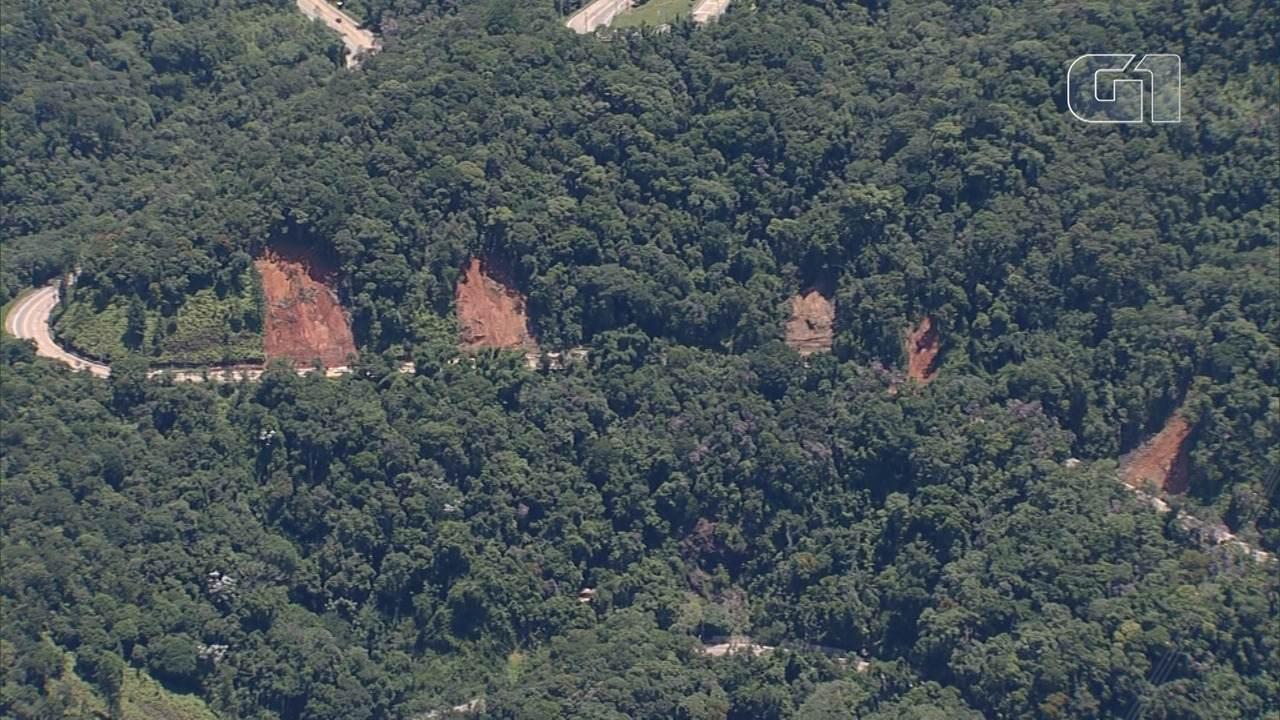 Deslizamentos de terra recortam a serra da Tamoios