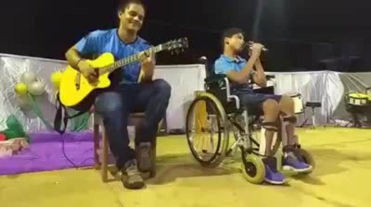Menino com paralisia cerebral viraliza na web após cantar 'Hear Me Now'