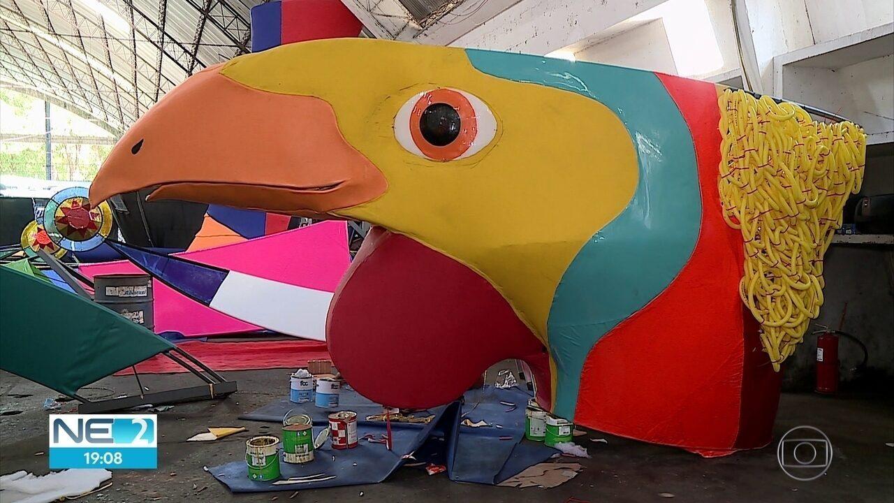 Escultura do galo gigante do carnaval do Recife começa a ganhar forma
