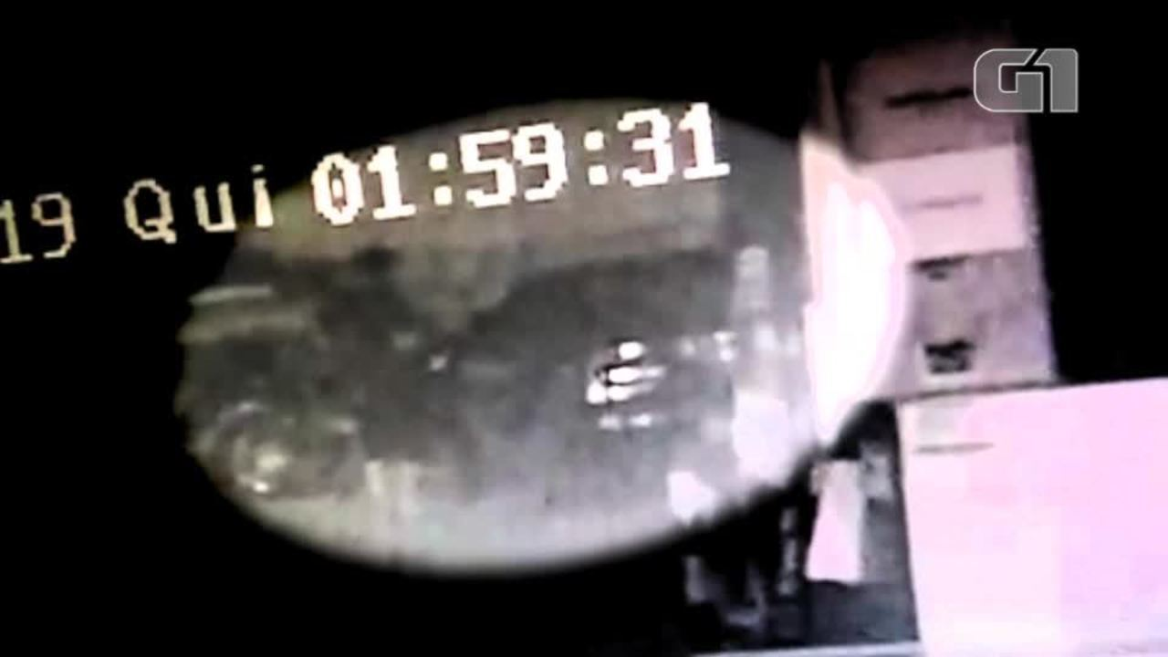Vídeos de segurança do posto mostram momento em que homem é esfaqueado