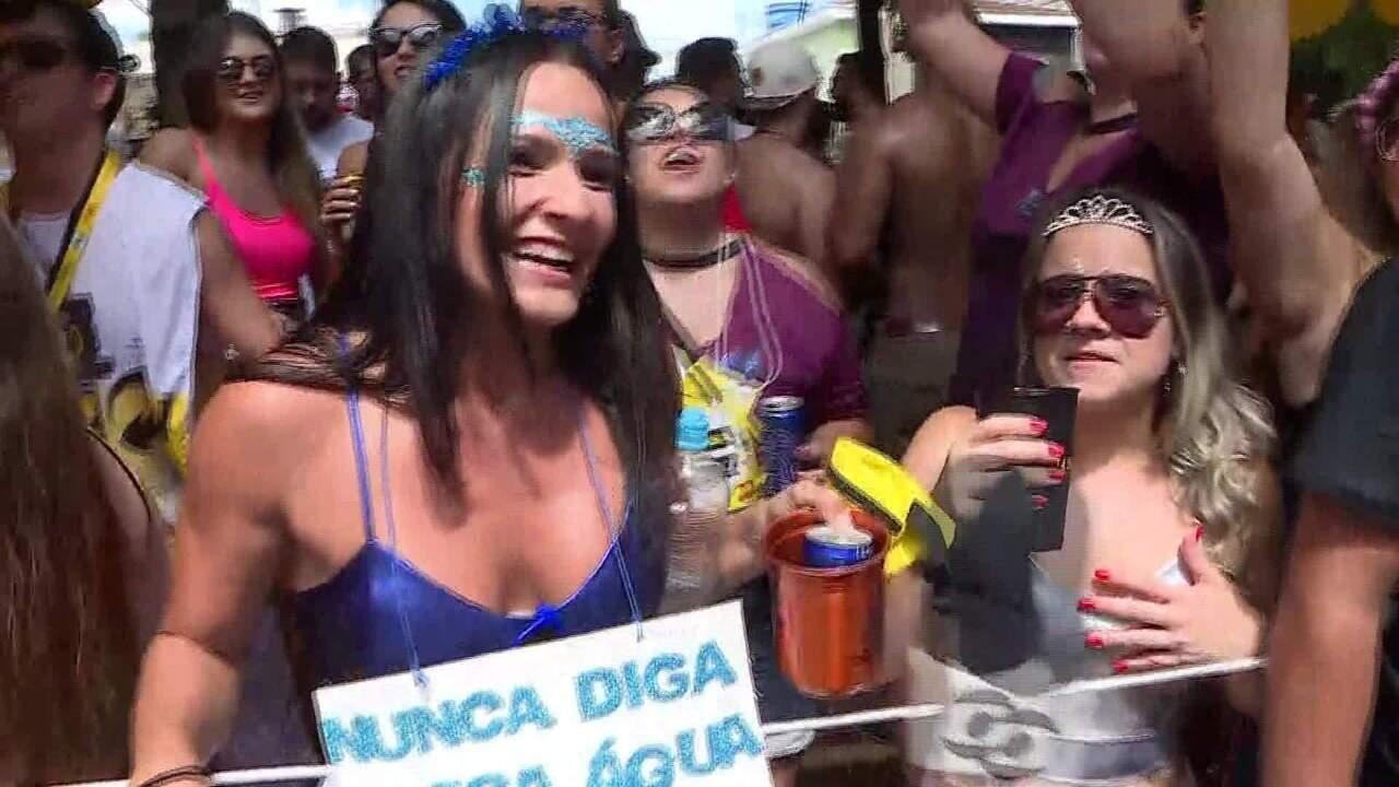 Foliona se fantasia de meme para curtir o carnaval da Berrini