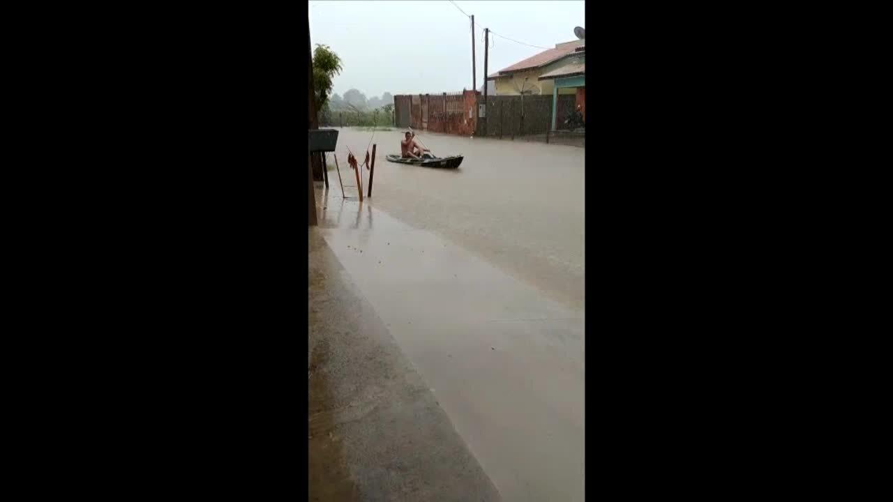 Morador anda de barco em rua