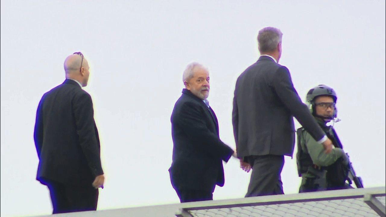 Veja o momento em que Lula deixa a carceragem da PF em Curitiba. Imagens: Anderson Grossl/RPC