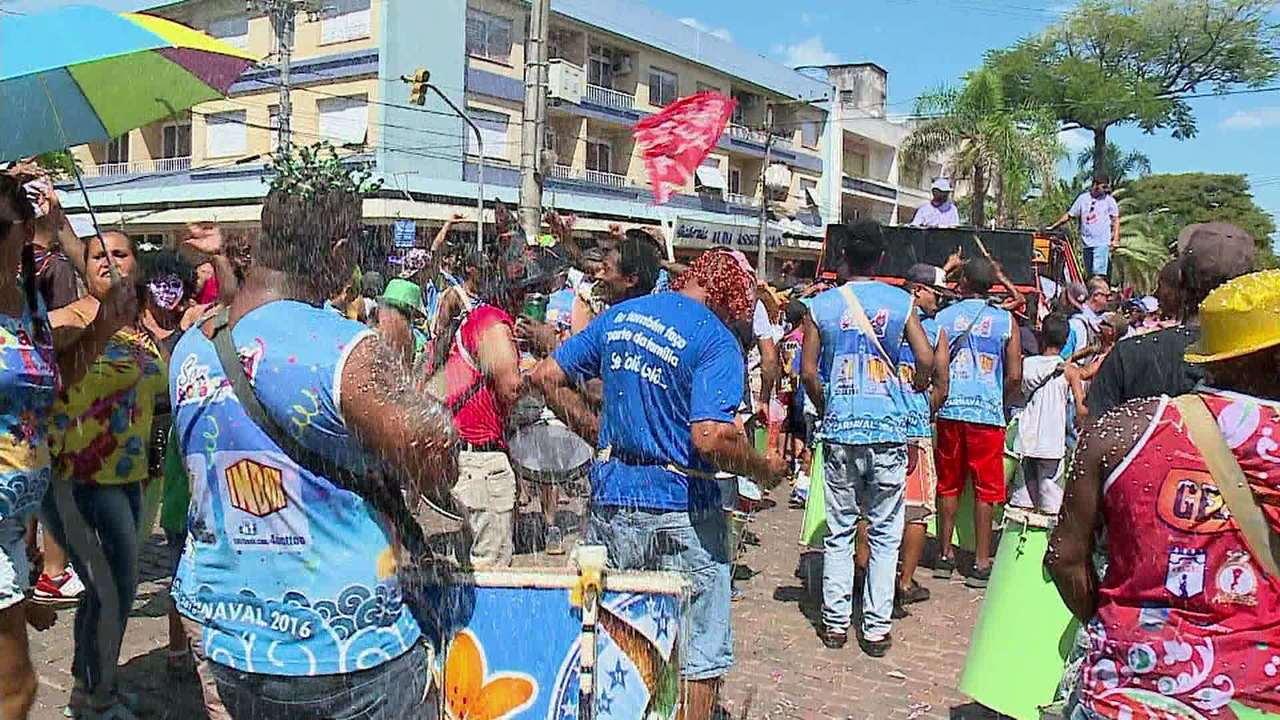 Confira como foram os desfiles de Carnaval no interior do RS neste sábado (2)