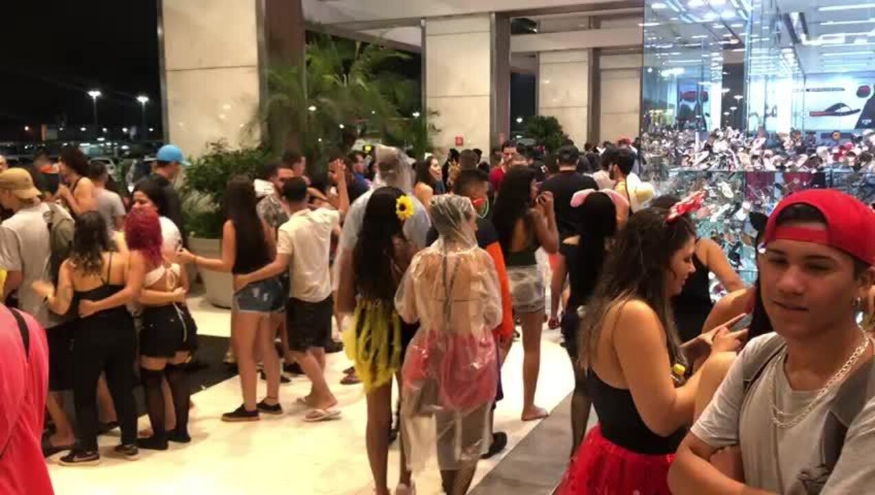 Foliões tomaram corredores de shopping no centro de Brasília após encerramento de blocos
