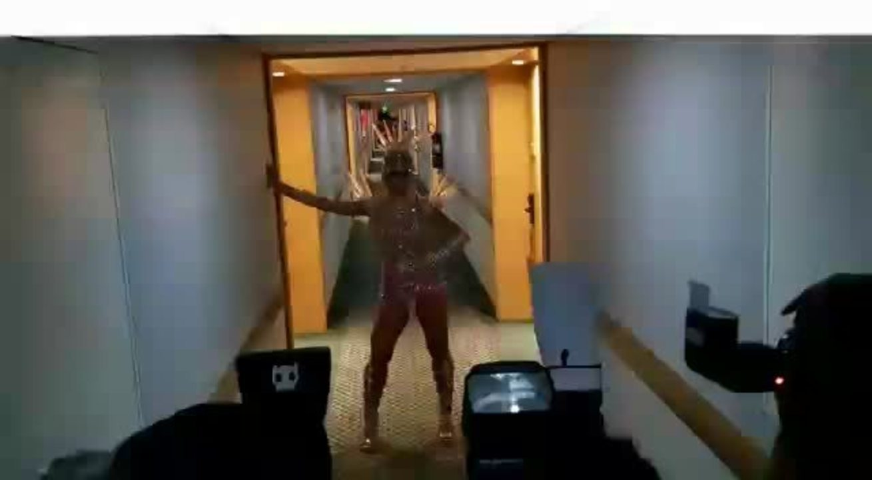 Sabrina causa alvoroço em saída de hotel